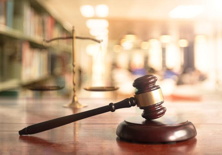 Neues Urteil: Personen müssen geschlechtsneutral angesprochen werden